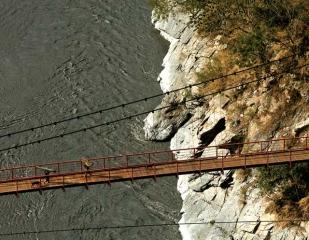 黑黑谷上的吊橋