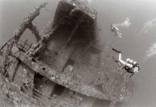 船身平躺海底