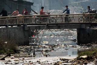 廢棄物塞滿河流