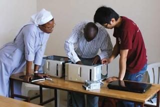 傳授校方人員電腦軟硬體知識