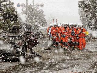 大雪紛飛,救援困難
