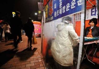 首爾夜晚隨處可見算命攤