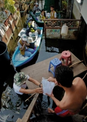 慈濟志工以小船供食