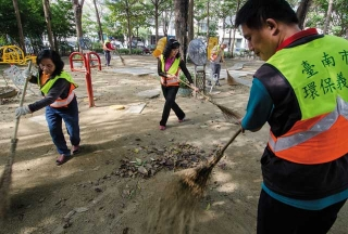 環保志工們主動清掃家園
