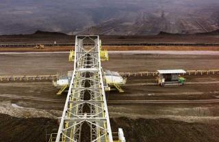 巨型機具挖開褐煤