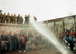 水柱沖倒柏林圍牆