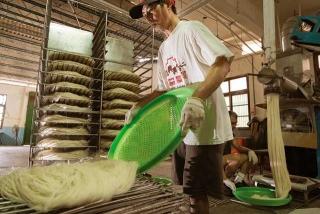 粿團擠壓成長條形米粉