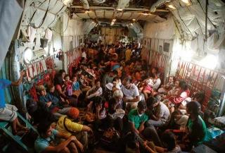 災民搭乘軍機