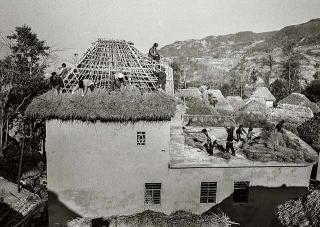 村民協力建造住屋