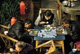 牌桌上指陳時政
