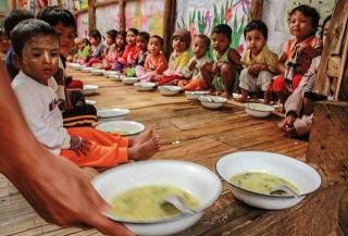 難民營內的幼兒午餐