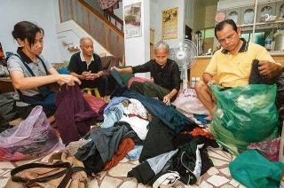 將回收衣服整理分類