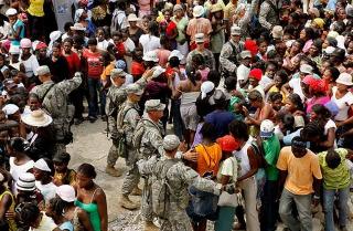 慈濟海地賑災團進行物資發放