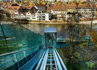搭乘電梯至河岸