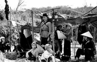 中國僑民被趕至前線