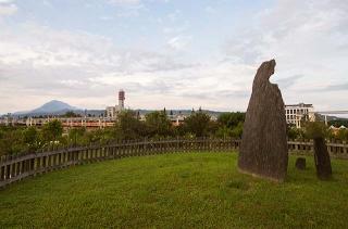 月形石柱遙指都蘭山
