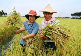 作者與美濃種植「原種田」農民秀德伯