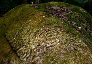 岩雕出現傾斜及斷裂