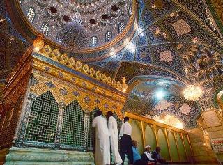 穆斯林在Sayyidah Ruqayyah的墓旁禱告