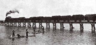 甘蔗車跨過下淡水溪(今高屏溪)橋