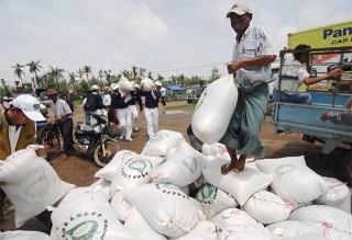 慈濟發放大米