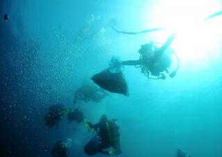 潛水志工撿垃圾