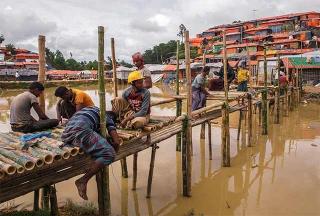 羅興亞工人們正在修建橋梁