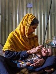 奄奄一息的羅興亞孩童與憂心的母親