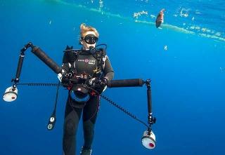 穿戴觀察裝備潛入海中