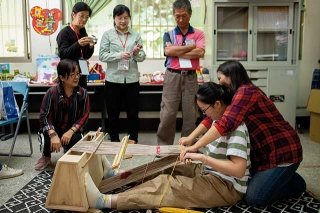 族人傳授遊客泰雅族傳統織布技術