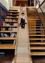兩旁夾有書架與樓梯的溜滑梯