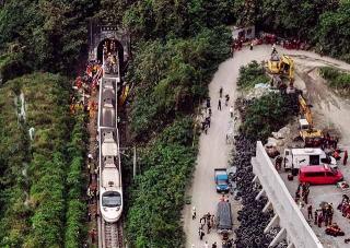火車殘骸與肇事工地