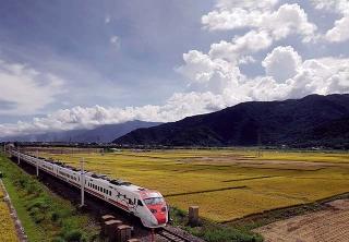 花東縱谷平原上的台鐵列車