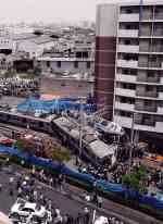 火車出軌撞上公寓